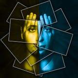 Het gezicht glanst door handen, wordt het gezicht verdeeld in vele delen door kaarten, dubbele blootstelling stock afbeeldingen
