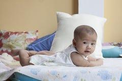 Het gezicht van baby loog op bedgebruik voor nieuw - geboren en gezond onderwerp stock afbeeldingen