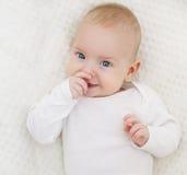 Het Gezicht van de babyclose-up, Gelukkig Peuterportret, Jong geitje in Wit Royalty-vrije Stock Fotografie