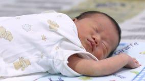 Het gezicht van de babyslaap Sluit omhoog van een oude en baby die van vier maanden kronkelen rusten zich stock footage