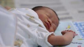 Het gezicht van de babyslaap Sluit omhoog van een oude en baby die van vier maanden kronkelen rusten zich stock video