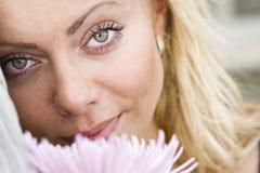 Het gezicht van de close-up van mooie jonge blonde vrouw royalty-vrije stock foto's