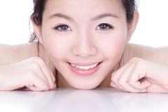 Het gezicht van de glimlach van een vrouw met gezondheid skincare stock fotografie