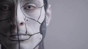 Het gezicht van de mens androïde tijdens macht- stock videobeelden