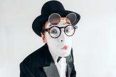 Het gezicht van de pantomimeacteur in glazen en make-upmasker stock foto's