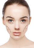 Het gezicht van de plastische chirurgievrouw met de lijnen van de gezichtslift stock fotografie