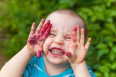 Het gezicht van de portretbaby vuil van bosbessen stock afbeelding