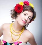 Het gezicht van de schoonheid - gelukkige jonge leuke vrouw met bloem Royalty-vrije Stock Afbeelding