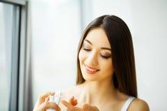 Het Gezicht van de schoonheid Mooie vrouw met gezonde huid Stock Fotografie