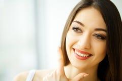 Het Gezicht van de schoonheid Mooie vrouw met gezonde huid Stock Foto's