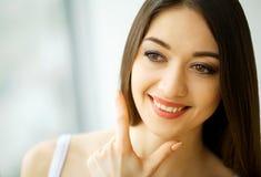 Het Gezicht van de schoonheid Mooie vrouw met gezonde huid Royalty-vrije Stock Afbeeldingen