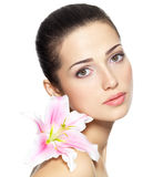 Het gezicht van de schoonheid van jonge vrouw met bloem De behandelingsconcept van de schoonheid Royalty-vrije Stock Foto