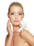 Het gezicht van de schoonheid van mooie vrouw met bloem Royalty-vrije Stock Fotografie
