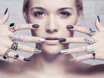 Het Gezicht van de schoonheid Vrouwen` s handen met juwelenringen royalty-vrije stock fotografie