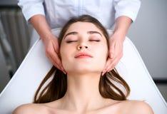 Het gezicht van de schoonheidsspecialist schoonmaakster Kuuroord skincare behandeling Cosmetologist met pati?nt op medische stoel royalty-vrije stock foto's