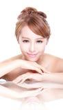 Het gezicht van de schoonheidsvrouw met spiegelbezinning Stock Fotografie