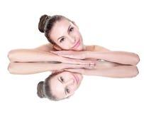 Het gezicht van de schoonheidsvrouw met spiegelbezinning Royalty-vrije Stock Foto's