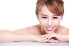 Het gezicht van de schoonheidsvrouw met spiegelbezinning Royalty-vrije Stock Fotografie