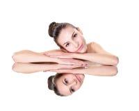 Het gezicht van de schoonheidsvrouw met spiegelbezinning Royalty-vrije Stock Afbeeldingen