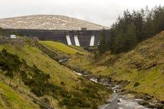 Het gezicht van de Spelga-dam in de Bergen van Mourne in Provincie onderaan Noord-Ierland met de overstromingssluisdeuren open in royalty-vrije stock foto