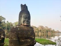 Het gezicht van de steen Oud Standbeeld Hindoese Mythologie kambodja stock foto