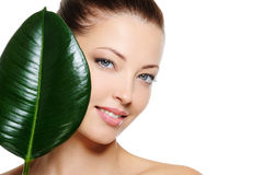 Het gezicht van de verse vrouw met glimlach en groen blad Stock Foto's