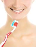 Het gezicht van de vrouw met een tandenborstel Royalty-vrije Stock Afbeeldingen