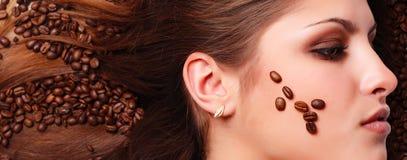 Het gezicht van de vrouw met koffiebonen Stock Foto