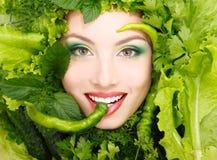 Het gezicht van de vrouwenschoonheid met greens groenten en peperkader Stock Afbeeldingen