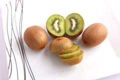 Het gezicht van het Fruit van de kiwi op witte Schotel Stock Fotografie