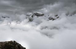 Het gezicht van het Jungfraunoorden het een hoogtepunt bereiken van onder de wolken royalty-vrije stock foto