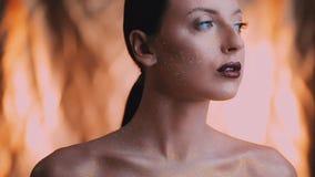 Het gezicht van het meisje is behandeld met glans en schittert posing stock videobeelden