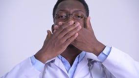 Het gezicht van het jonge Afrikaanse mens arts tonen spreekt geen kwaad concept stock footage