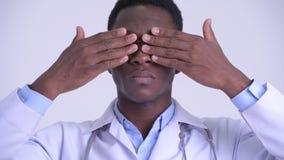 Het gezicht van het jonge Afrikaanse mens arts tonen ziet geen kwaad concept stock videobeelden
