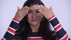 Het gezicht van het jonge mooie Perzische vrouw tonen ziet geen kwaad concept stock videobeelden