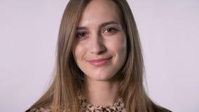 Het gezicht van jonge mooie vrouw let op bij camera, witte achtergrond stock footage