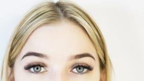 Het gezicht van het meisje is een blonde Close-up Gezichts zorg stock afbeeldingen