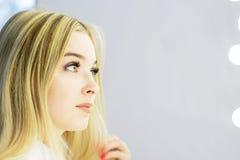 Het gezicht van het meisje is een blonde Close-up Gezichts zorg royalty-vrije stock afbeelding