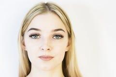 Het gezicht van het meisje is een blonde Close-up Gezichts zorg stock foto