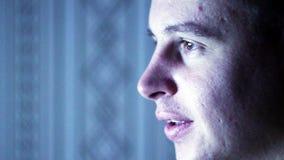 Het gezicht van mensenzitting bij de computer stock video
