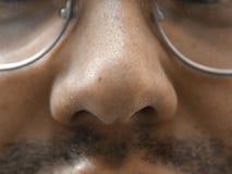 Het gezicht van neus macro, natuurlijke ongeschoren mensen, bril en snor stock foto