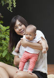 Het gezicht van pasgeboren zuigeling met mammagebruik voor baby en het moederschap helen Royalty-vrije Stock Afbeeldingen