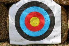 Het gezicht van het praktijkdoel met partij van schoten Gebruikt boogschietendoel op positie bij de zomer van de boogschietenwaai stock foto's
