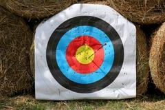 Het gezicht van het praktijkdoel met partij van schoten Gebruikt boogschietendoel op positie bij de zomer van de boogschietenwaai royalty-vrije stock foto