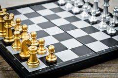 Het gezicht van het schaakspel met het een andere zilveren team stock afbeeldingen