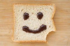 Het gezicht van Smiley op een stuk van zwart brood Royalty-vrije Stock Fotografie
