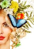 Vrouw met vlinder en bloem. Stock Foto