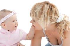 Het gezicht van weinig de aanrakingsmoeder van het babymeisje stock afbeelding