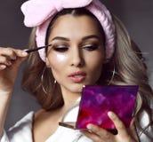 Het gezichts dichte omhooggaand van de schoonheidsverzorgingvrouw met flardenmasker die make-up doen royalty-vrije stock fotografie