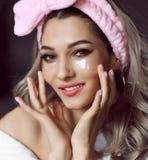 Het gezichts dichte omhooggaand van de schoonheidsverzorgingvrouw met flardenmasker royalty-vrije stock foto